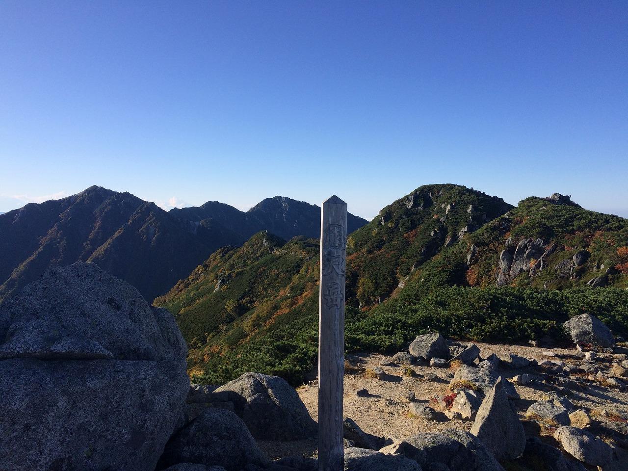 熊沢岳山頂、遠方には空木岳。