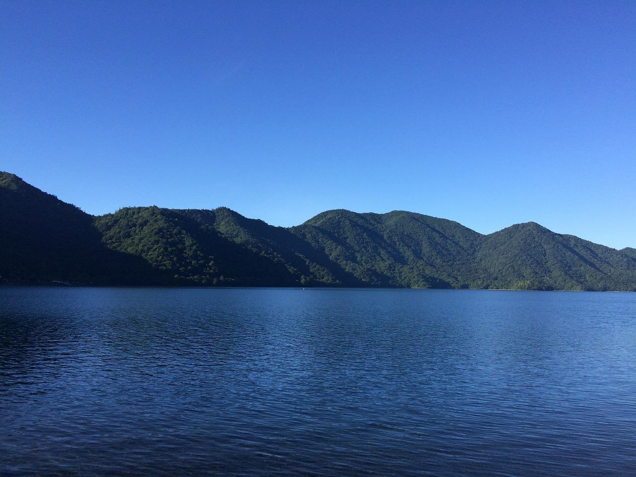 朝の中禅寺湖、登山口にて。
