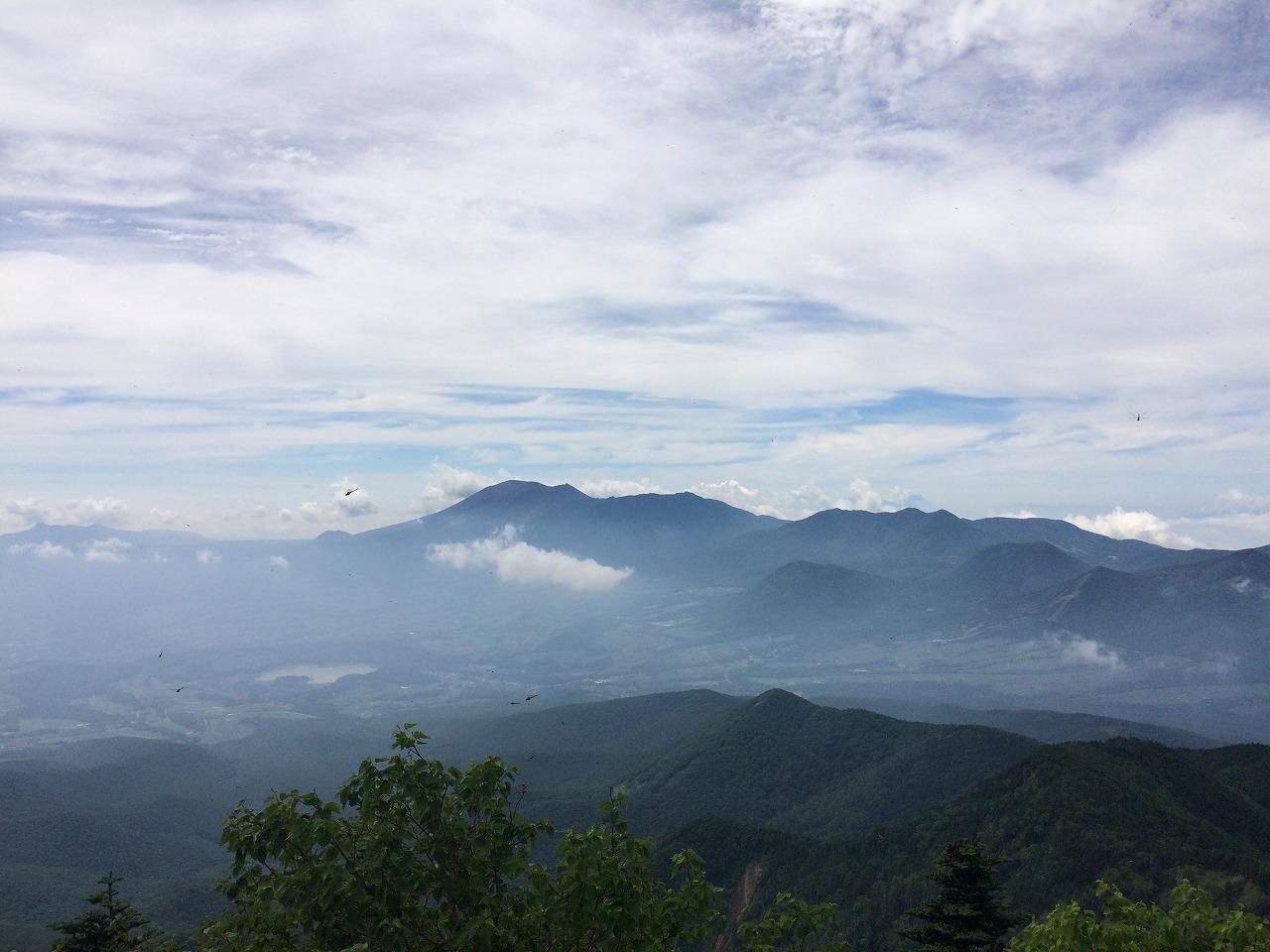 目の前には浅間山、遠くに富士山。