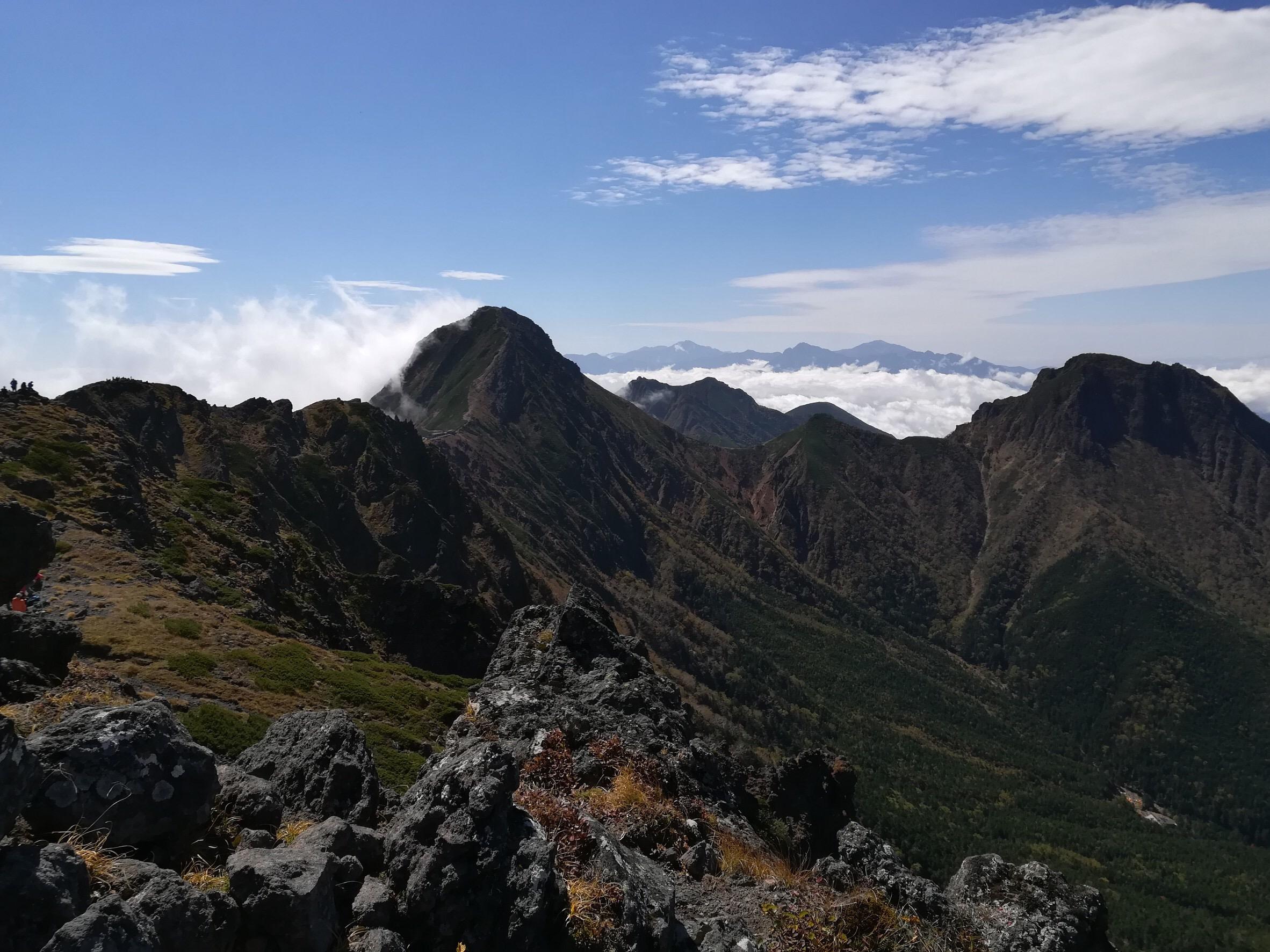 奥には南アルプスの稜線が。
