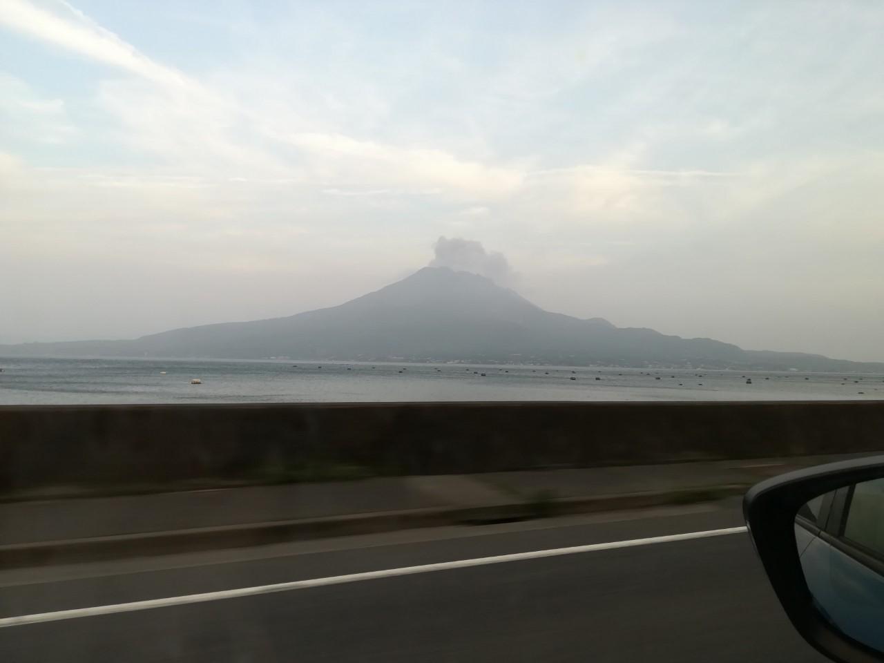左に見えますのは桜島。