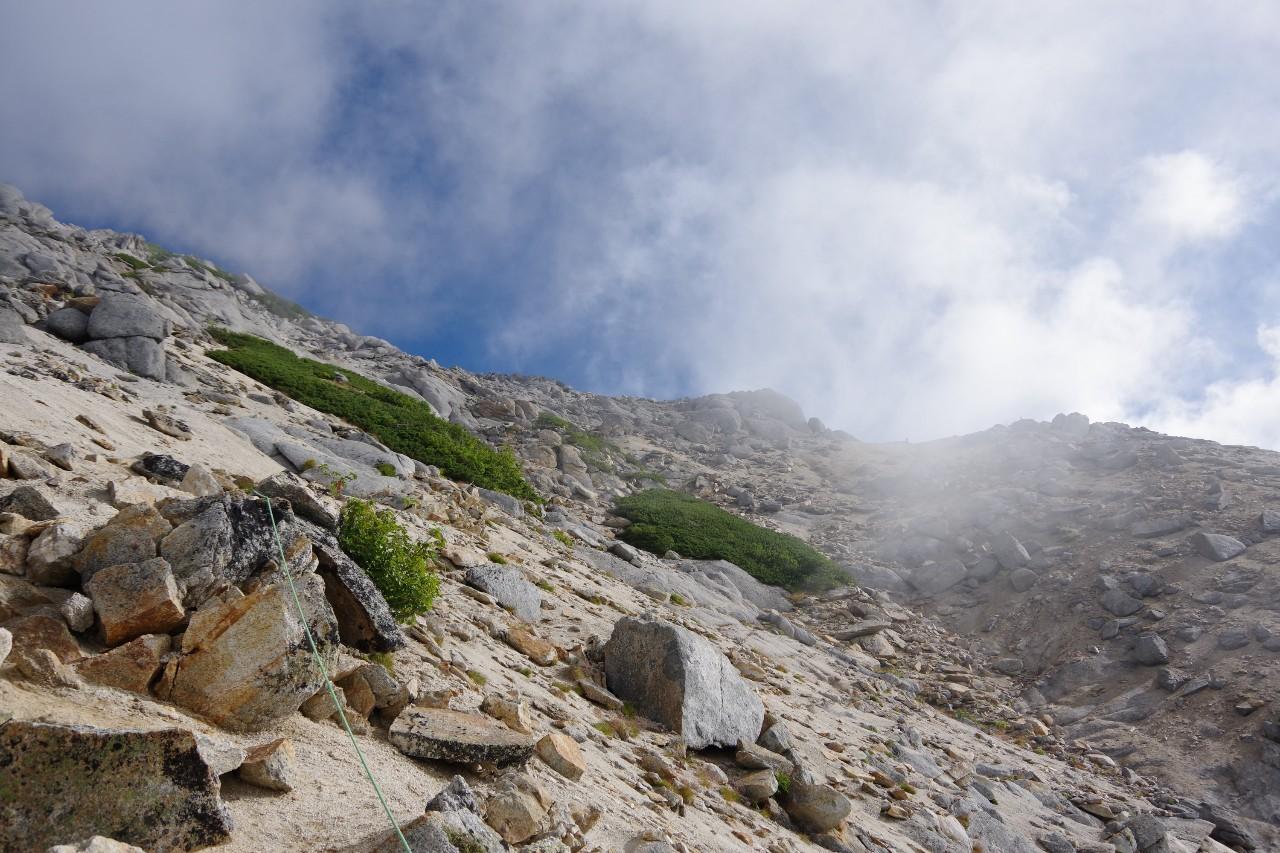 砂礫の急斜面
