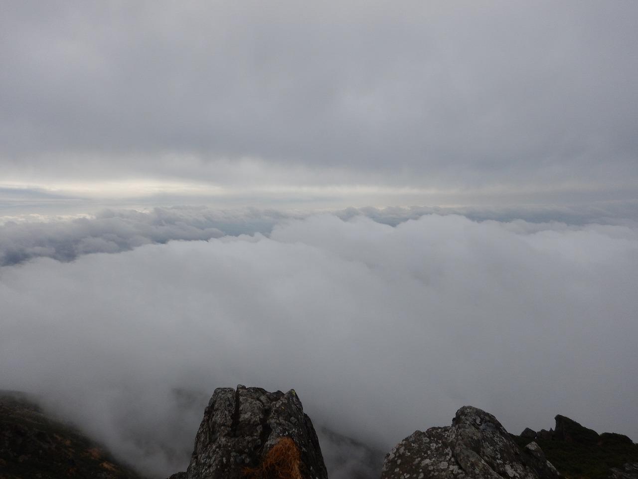 山頂より。雲と雲の間。