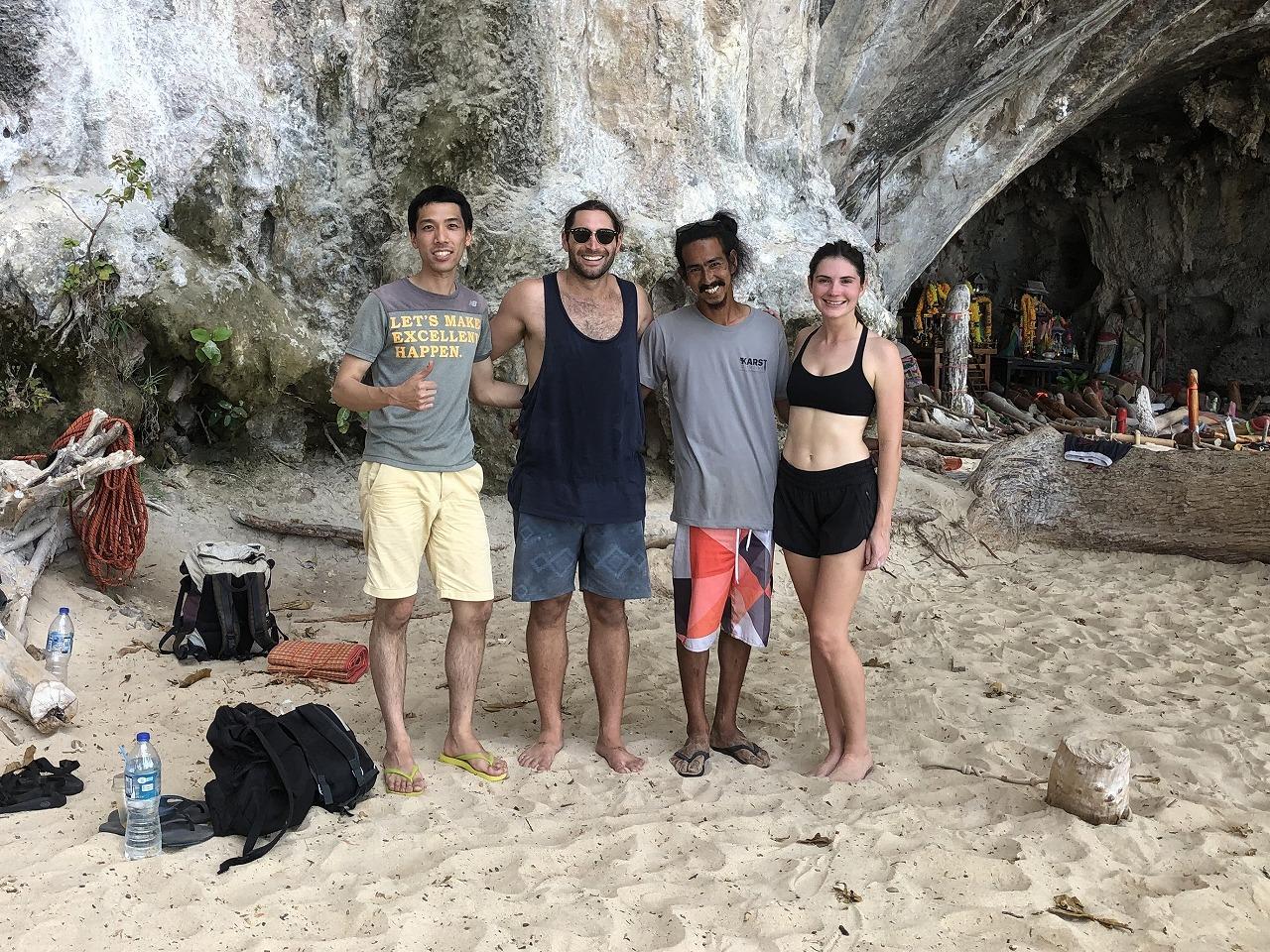 壁を背景にグループ写真