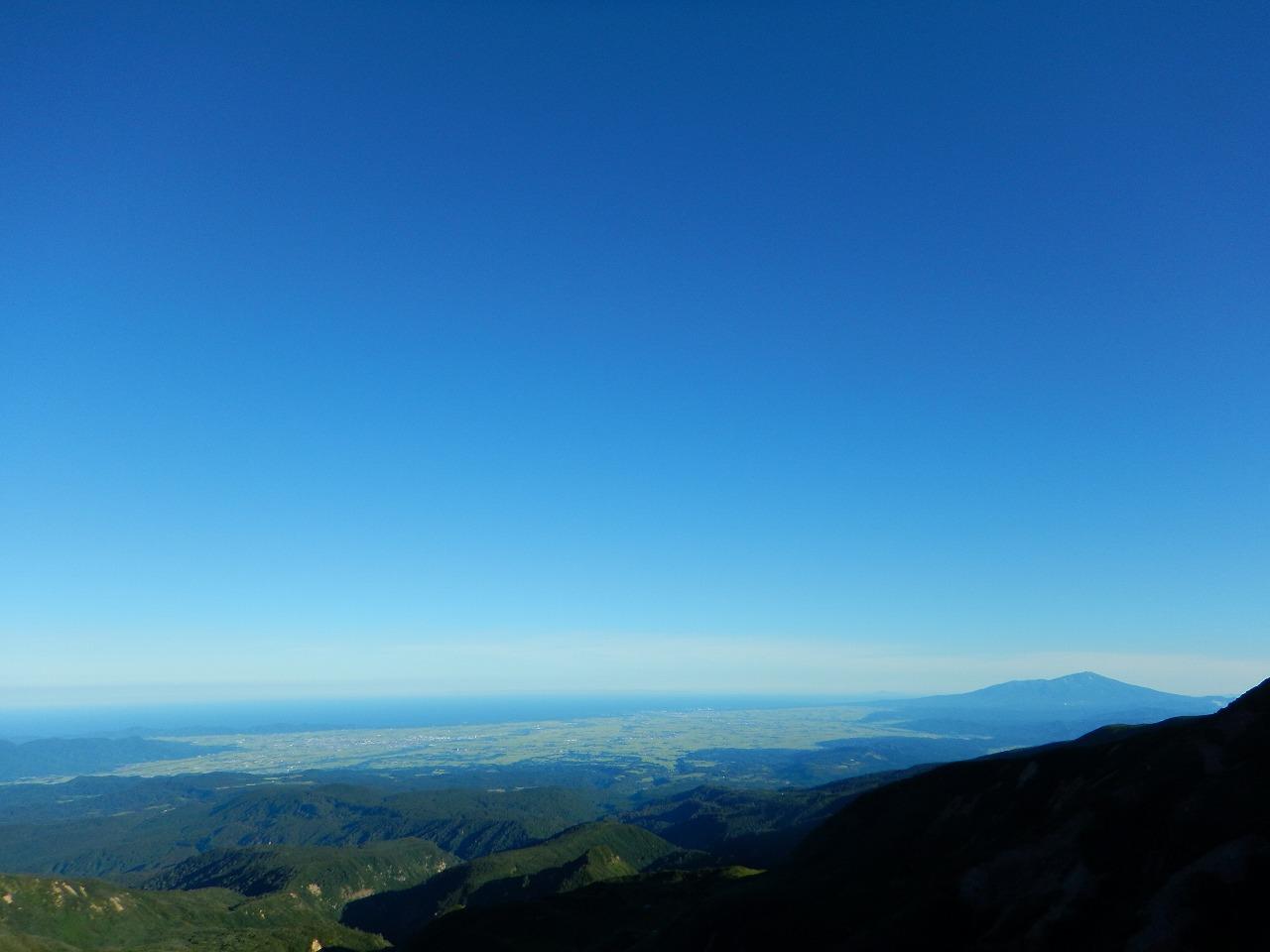 日本海と鳥海山、現る