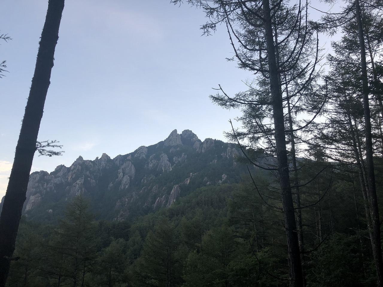 遠方に見えるのは瑞牆山