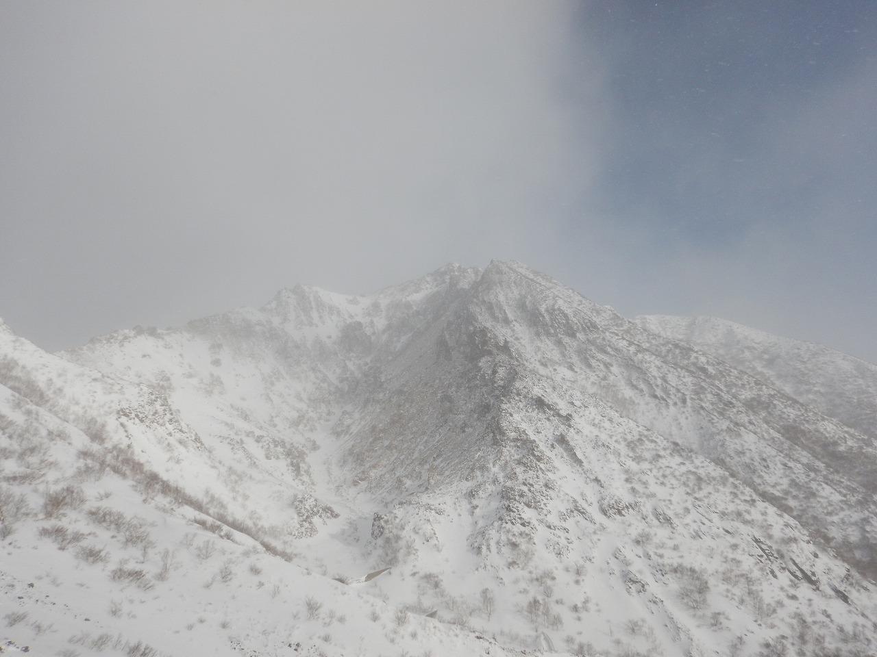 朝日岳方面は白い