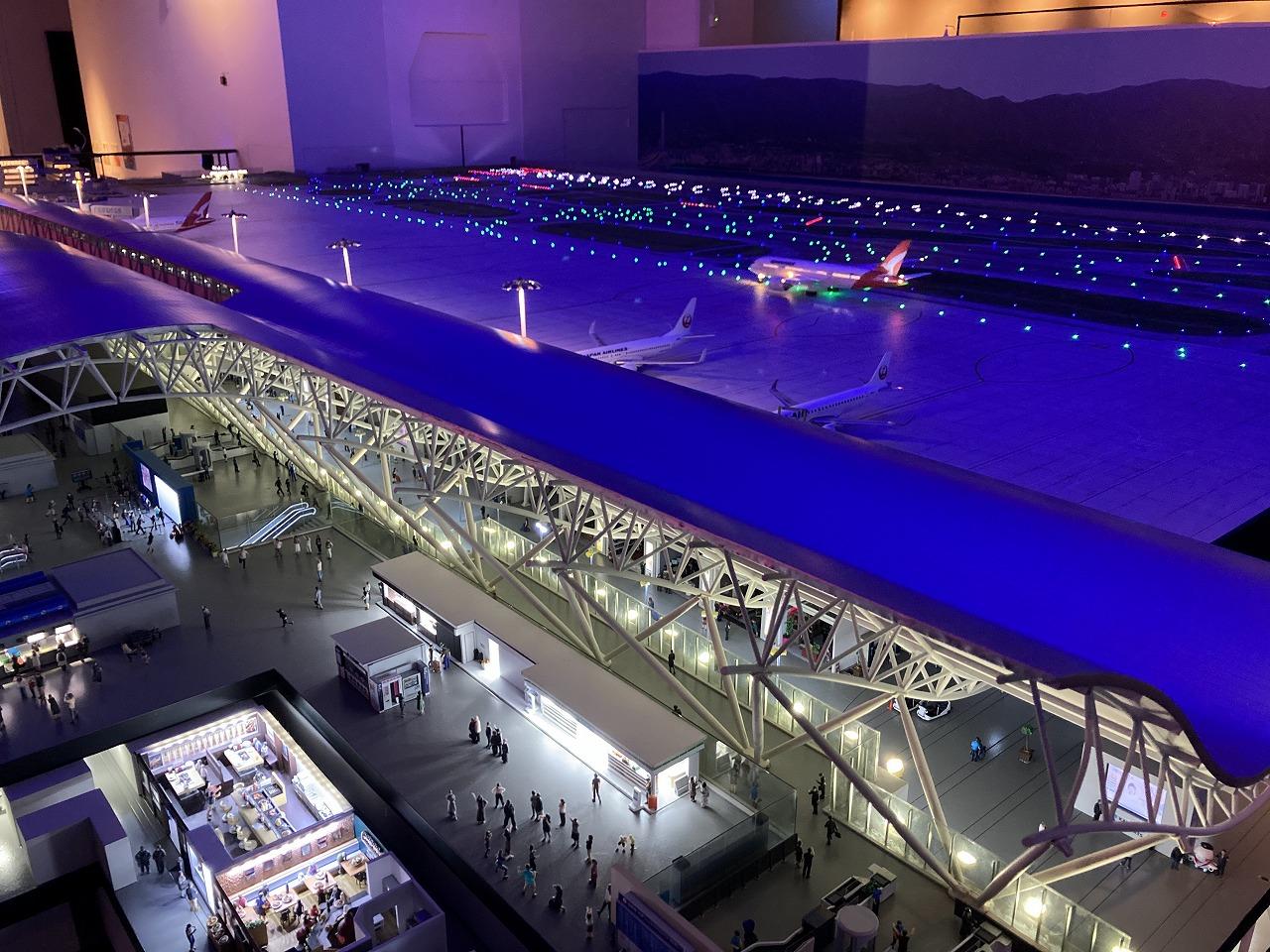 夜の空港と滑走路