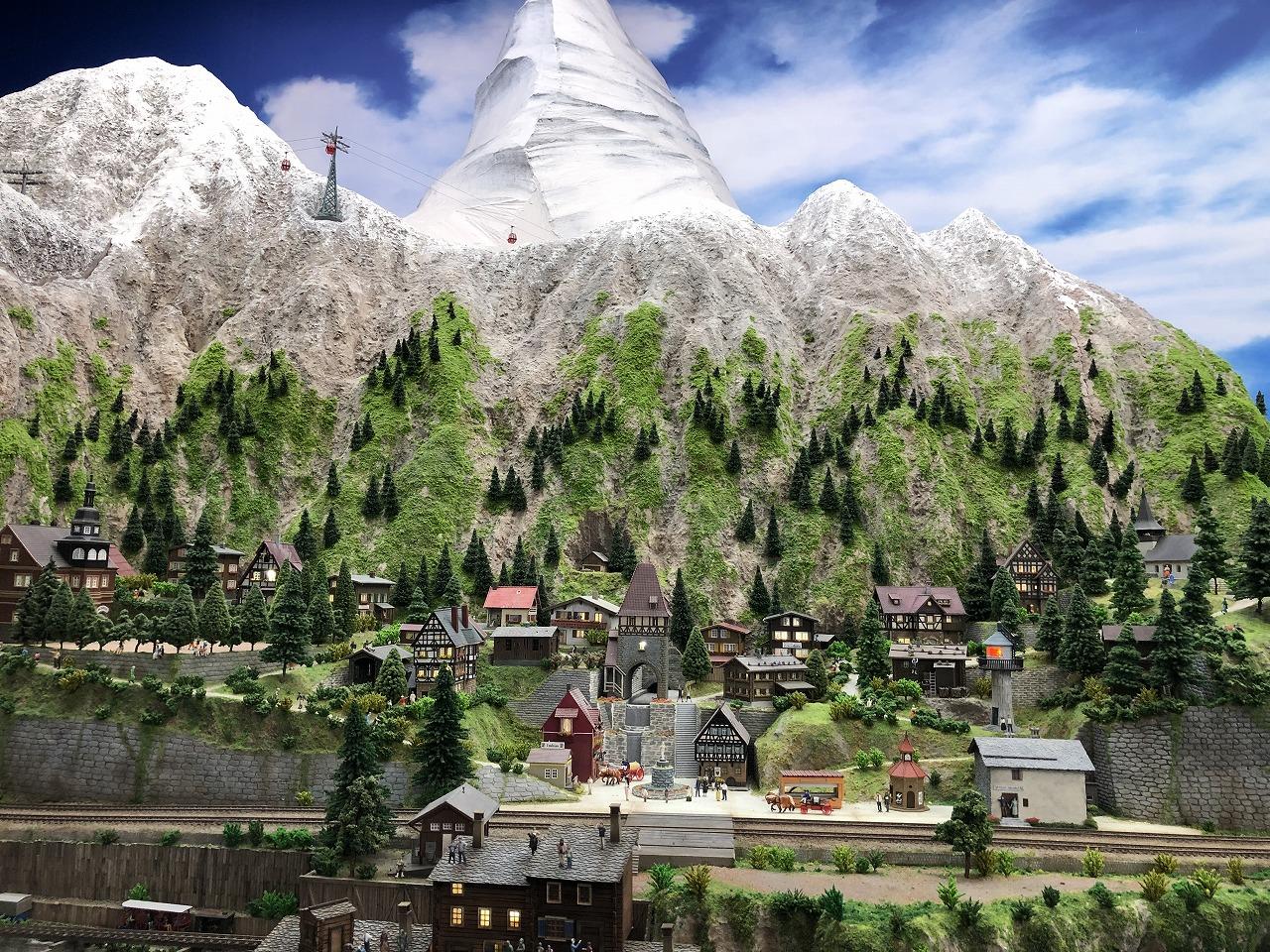 聳え立つ雪山と街並み
