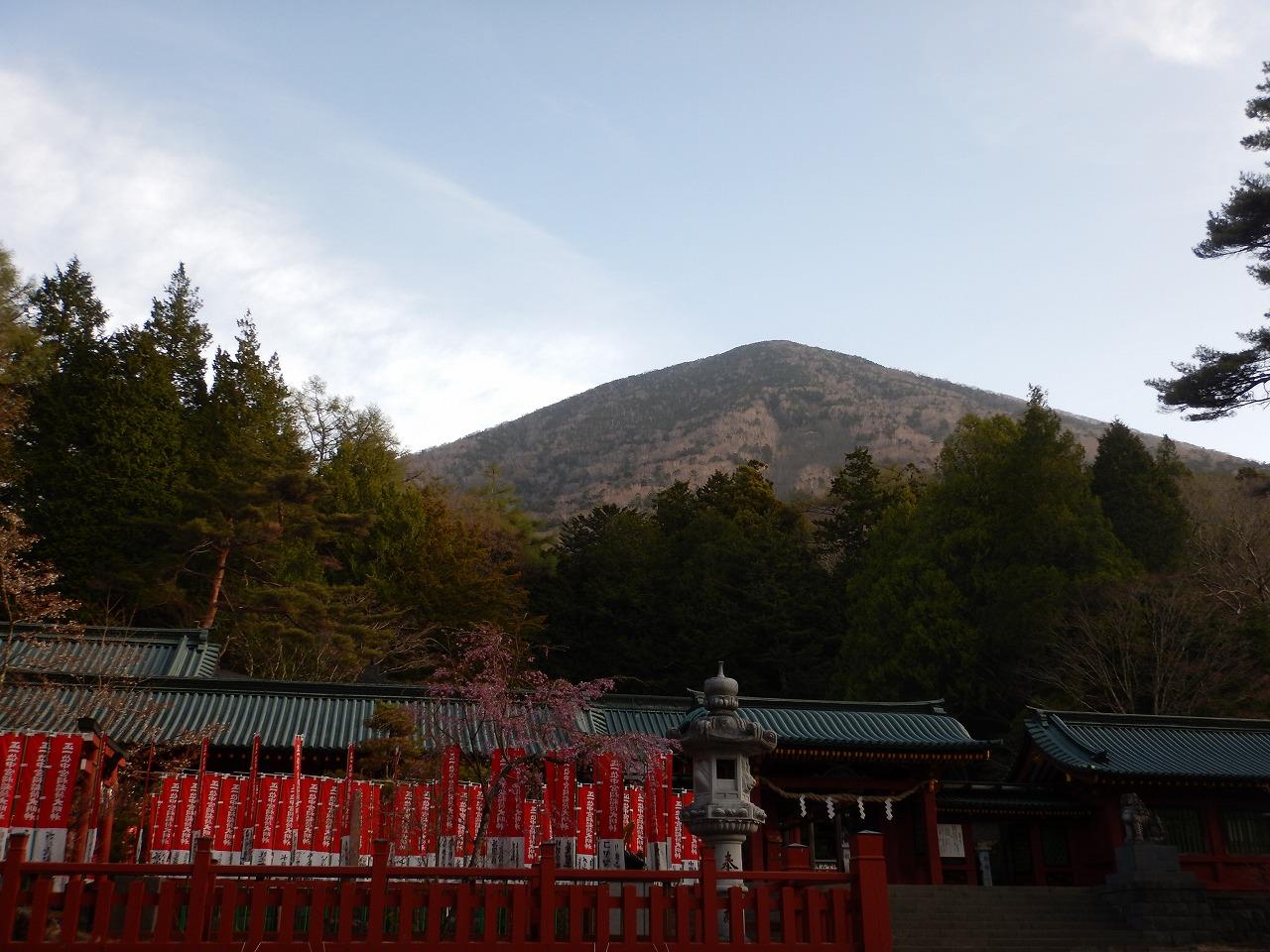 早朝の男体山を見上げて