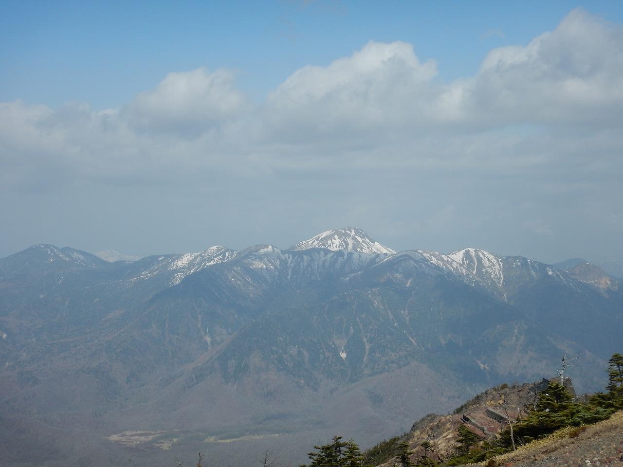 雪の残る日光白根山
