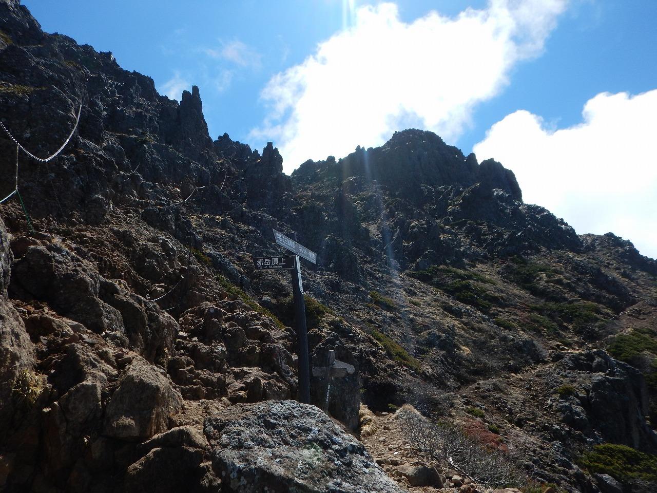 岩壁を登る