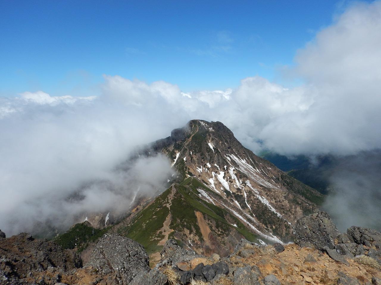 阿弥陀岳をやや下に見る