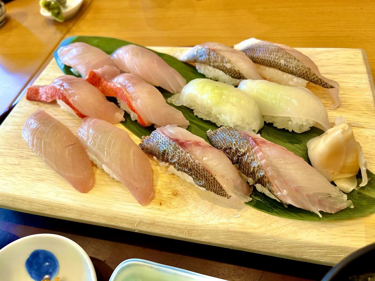 回遊してる寿司!